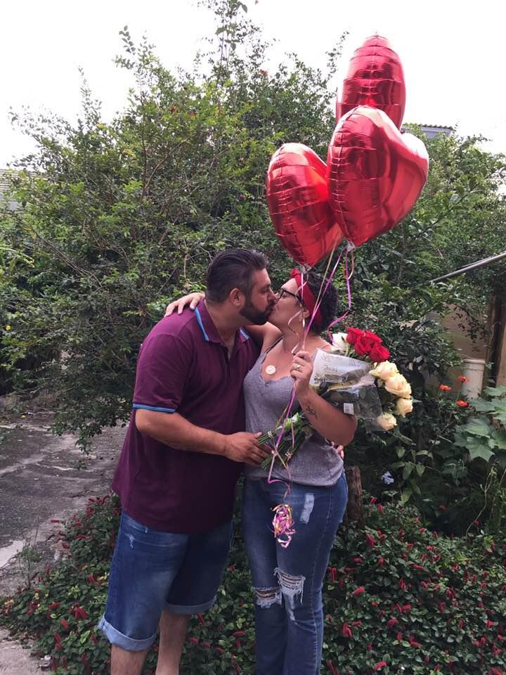 mulher vence câncer e é pedida em casamento; na foto, o casal Joel Marques e Keila do Rosário - ela segura balões e flores