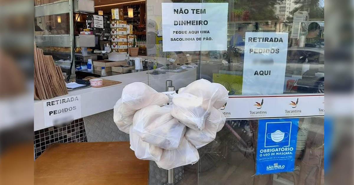 sacolas pães penduradas porta padaria doação