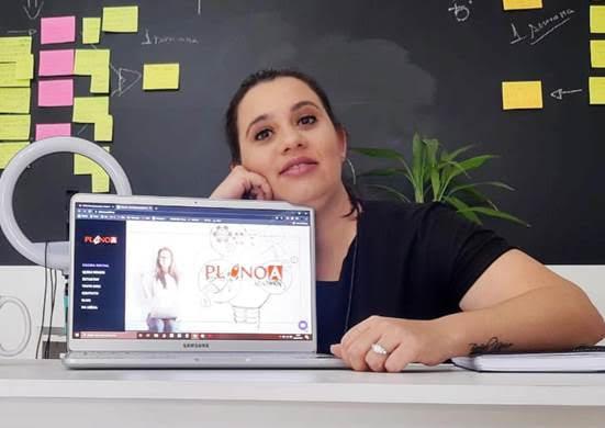 jovem apresenta tela computador site startup educação empreendedora