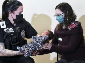 Tiffany Owen recebe de Lacey Gonzalez a bebê Tiffany; segurança fez parto prematuro e bebê recebe seu nome