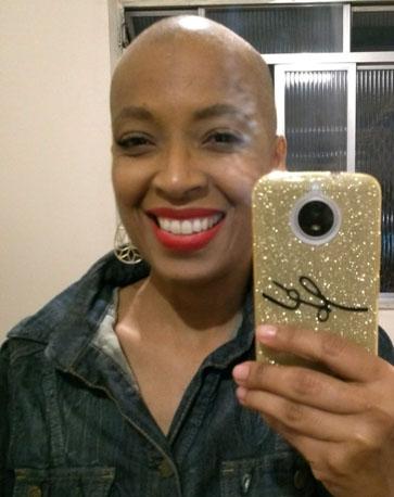 foto mulher espelho cabeça raspada tratamento câncer de mama