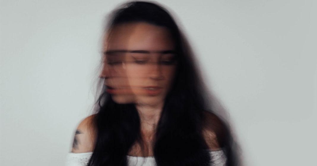 mulher balançando cabeça