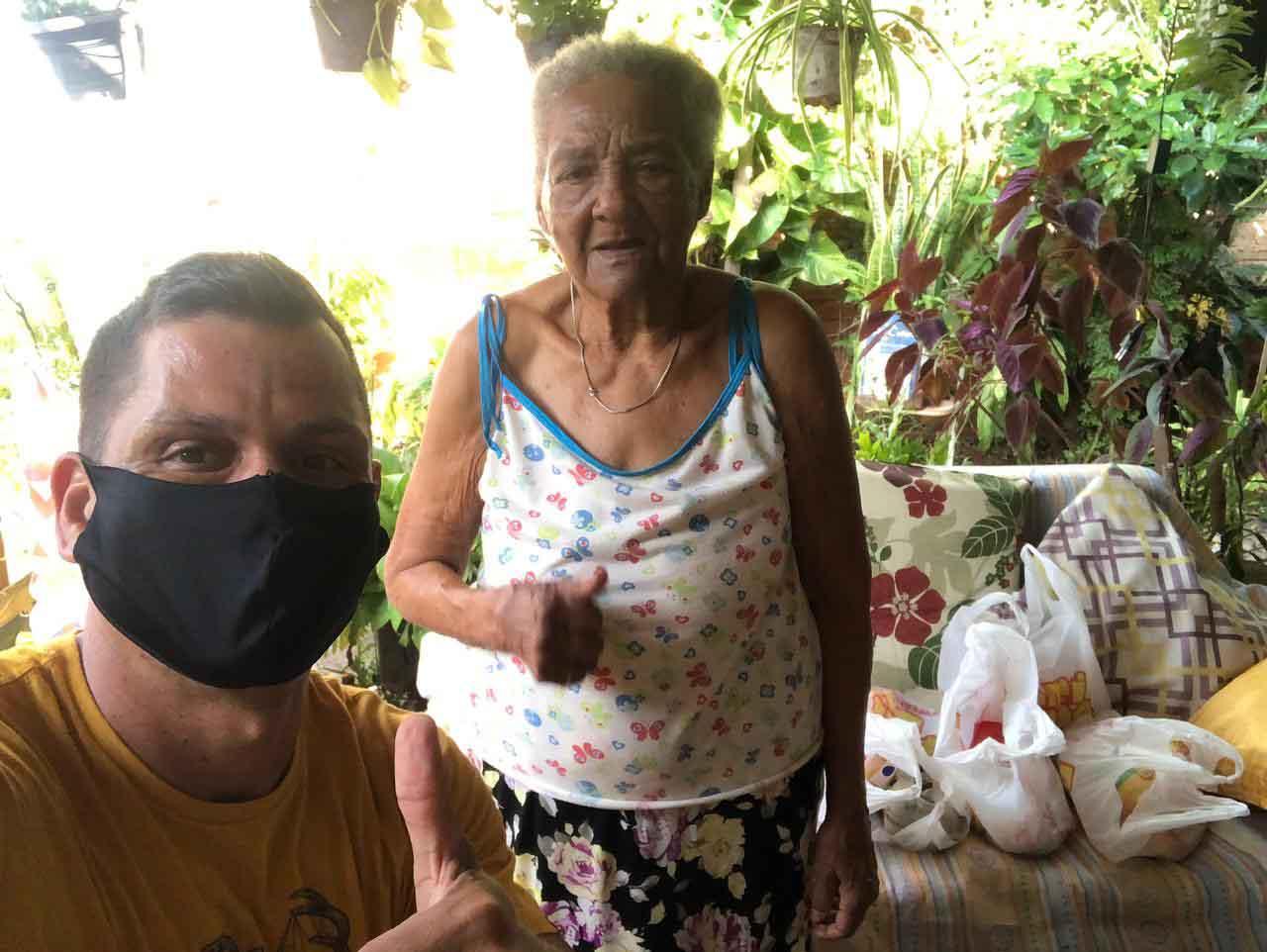 selfie sargento idosa doação cestas básicas