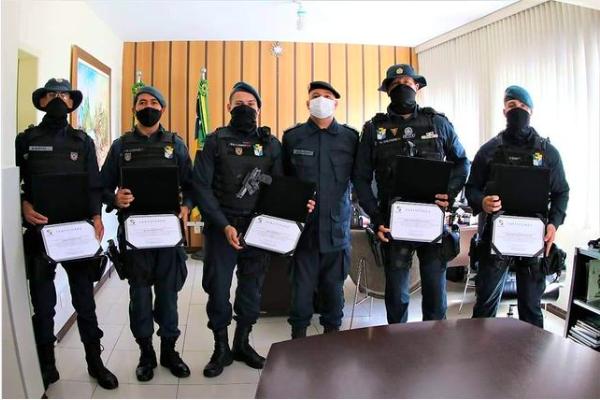 Policiais com certificados