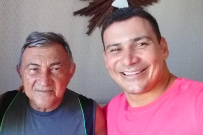 Pai e filho sorrindo