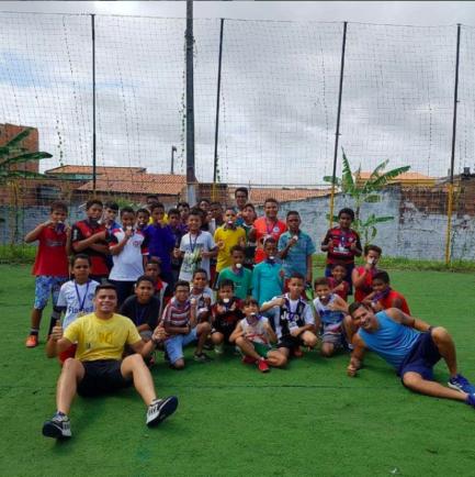 Jovens em campinho de futebol