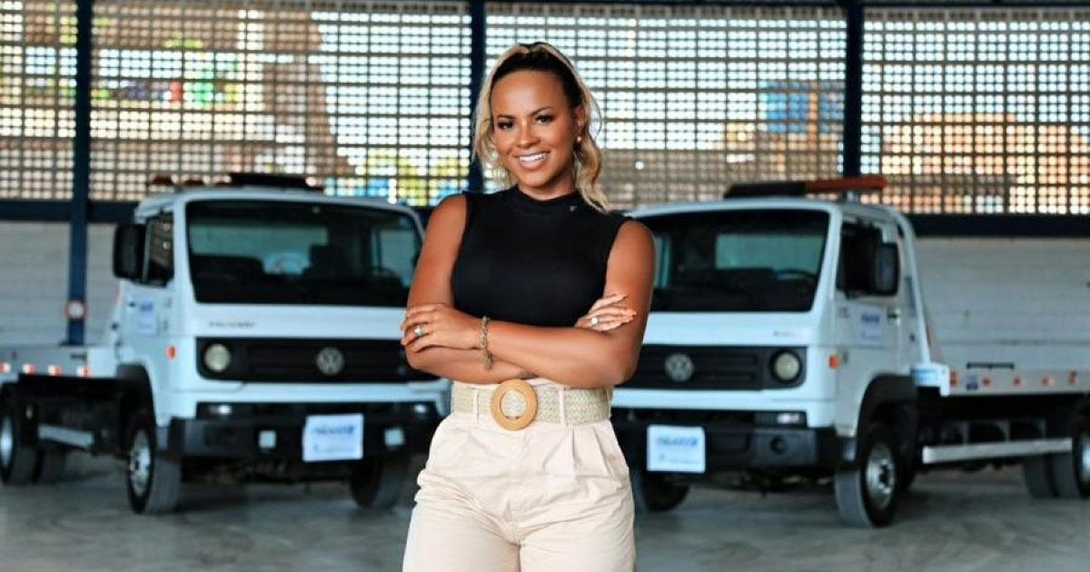 mulher a frente caminhões guincho