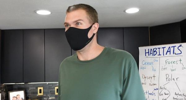 Professor Talcott, de máscara, que fez passeio virtual com alunos em zoológico