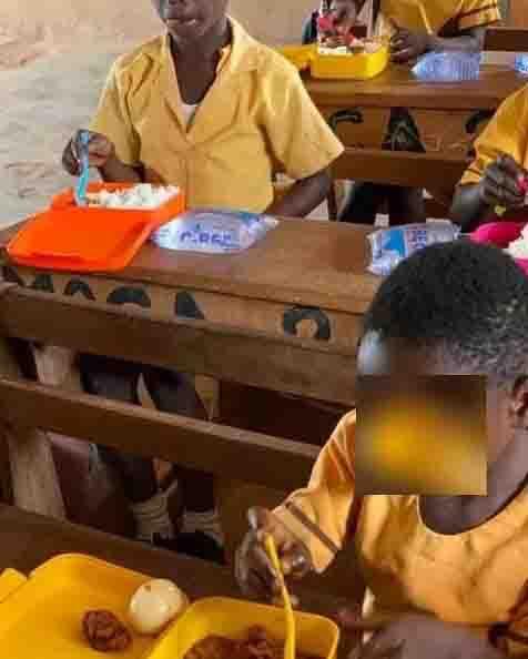 crianças almoçam escola comida feita professora