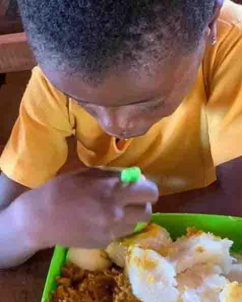aluno come comida preparada professora escola gana