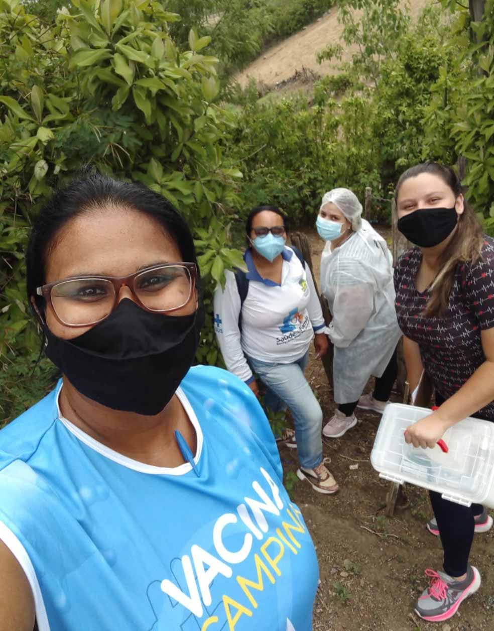 selfie profissionais de saúde caminhada vacinar idoso zona rural paraíba