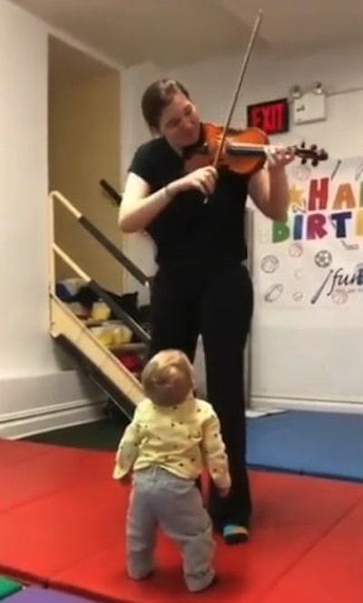 reação de bebê ouvindo violino pela primeira vez