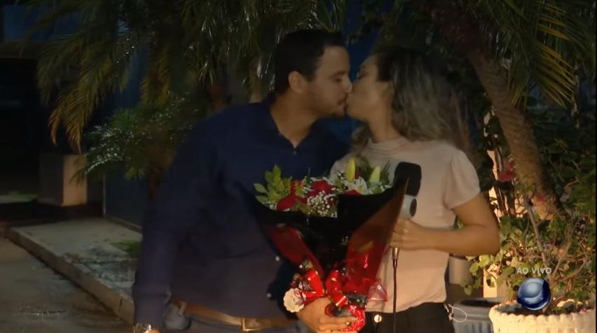 noivo beija repórter ao vivo após pedido casamento surpresa
