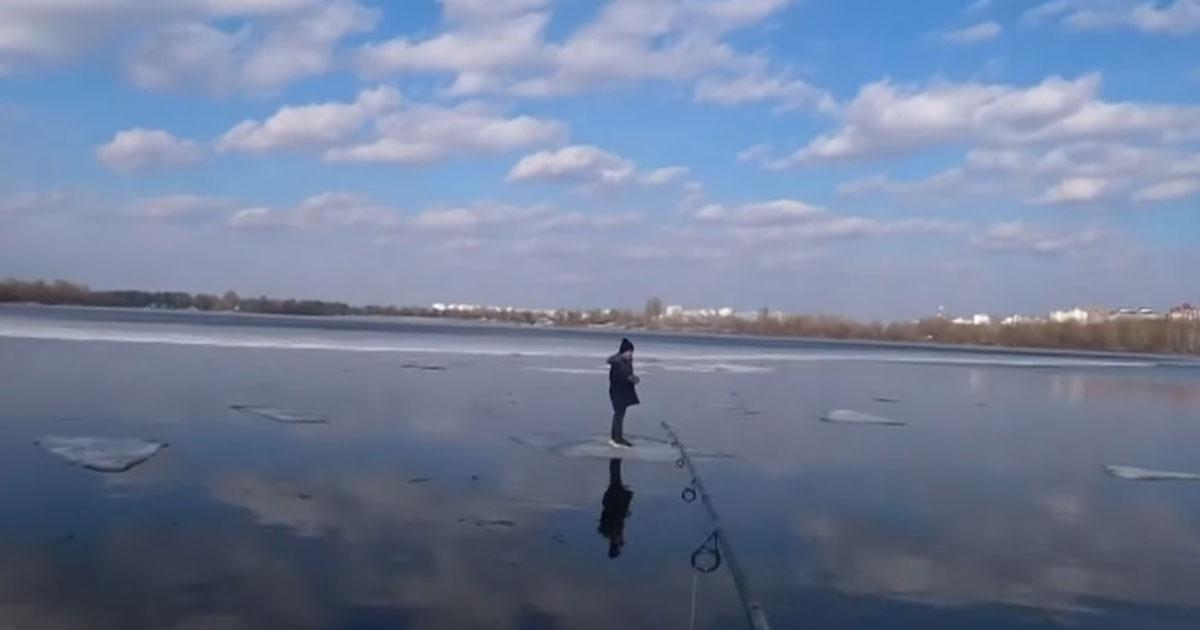 Criança ucraniana sendo resgatada em lago