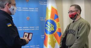 Gorda recebendo honraria na Ucrânia por ter salvado menino em rio