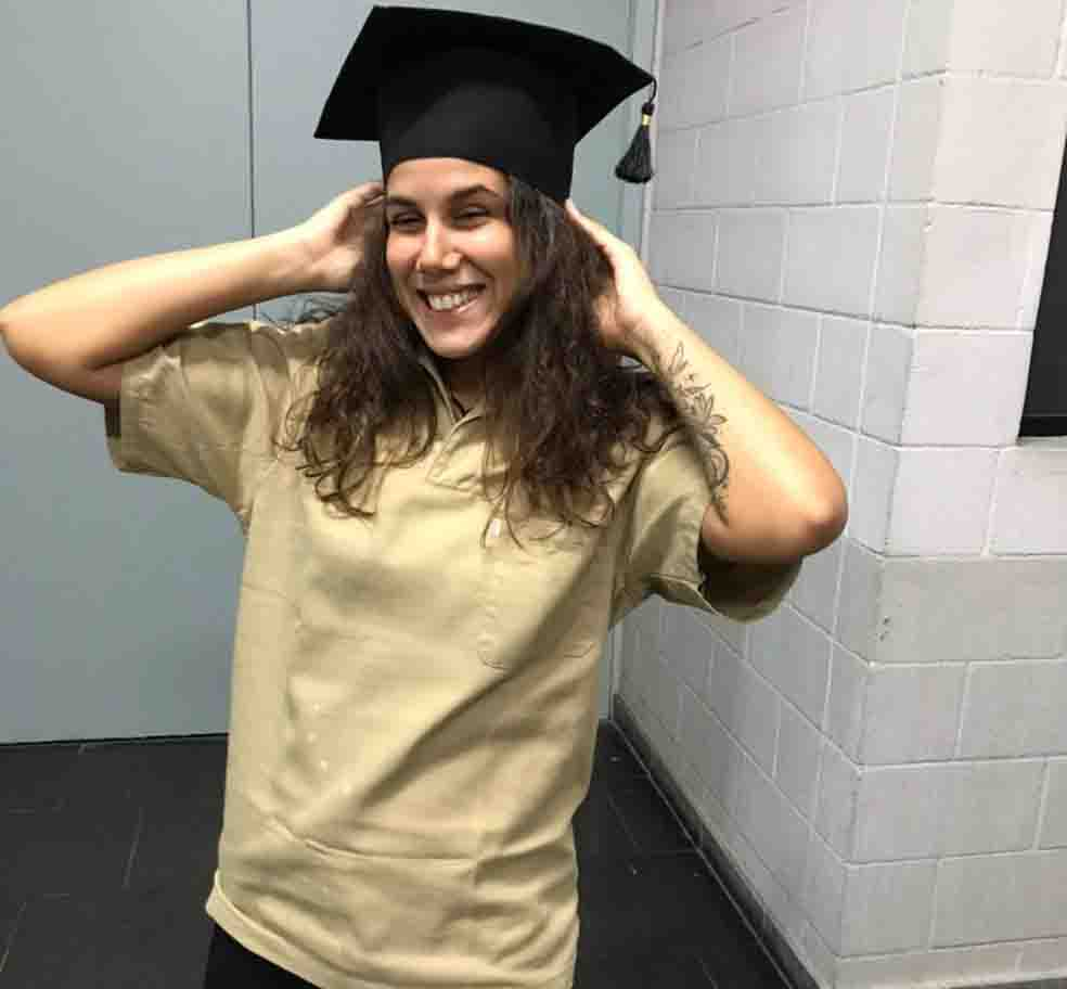 jovem vestindo uniforme faxineira mãe colação de grau