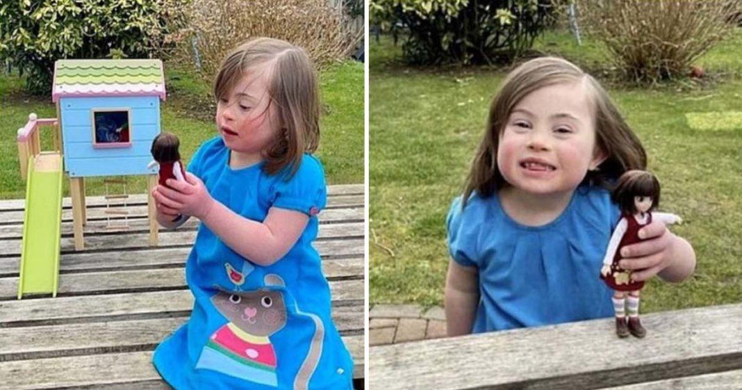 Menina Down brinca com boneca que também 'tem a síndrome'