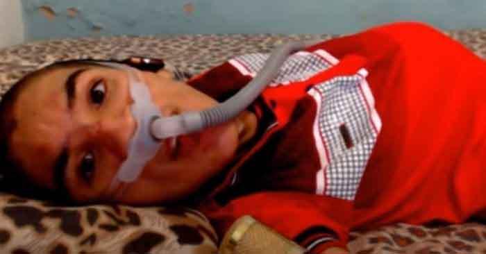 jovem deitado cama usando respirador