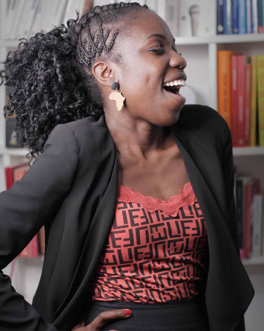 mulher negra sorrindo escritório