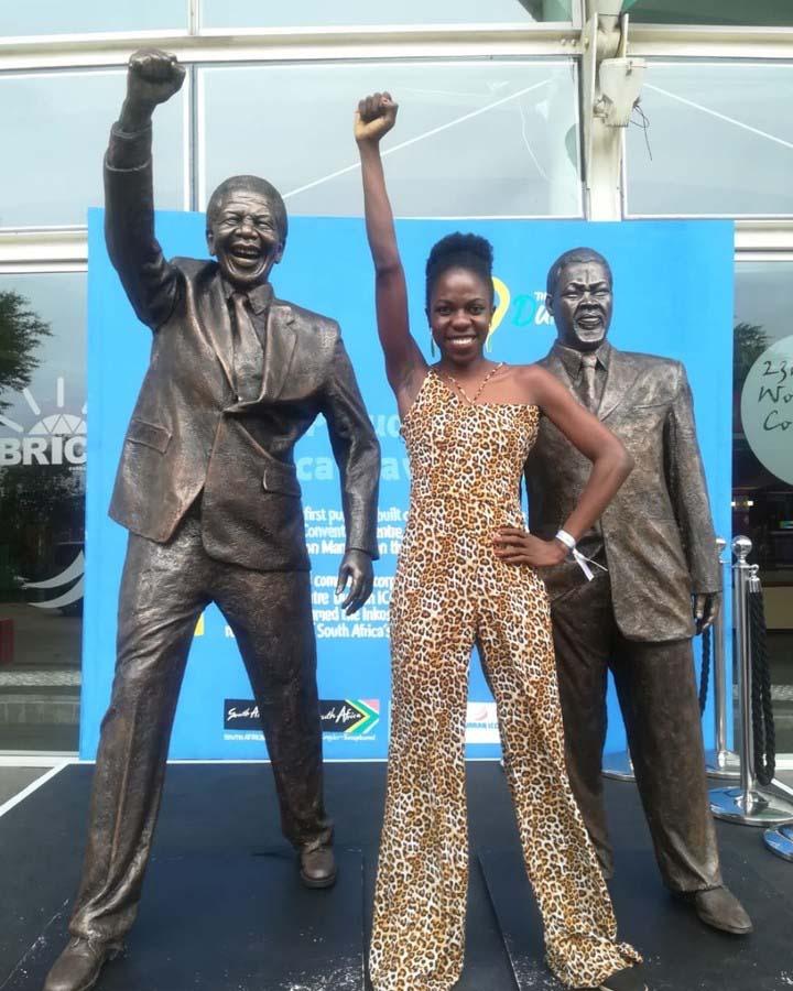 mulher negra punho levantado estátua nelson mandela áfrica do sul