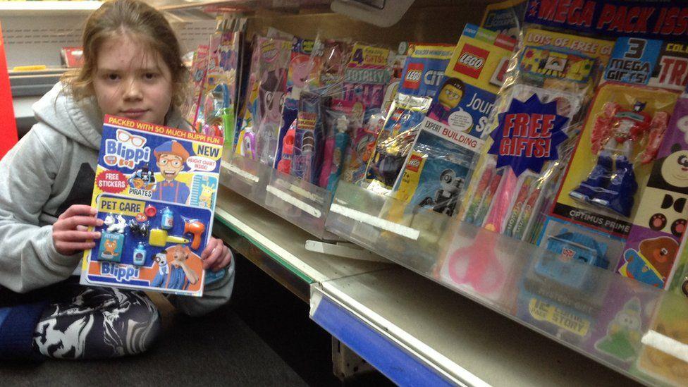 Skye é uma jovem ativista que luta contra o excesso de plástico. Na foto, menina segura revista