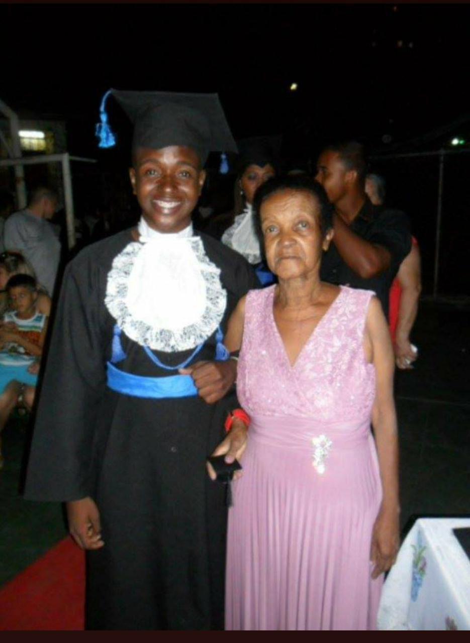 jovem vestido beca formatura colação de grau ao lado avó