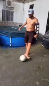 rapaz joga bola após se recuperar de atropelamento
