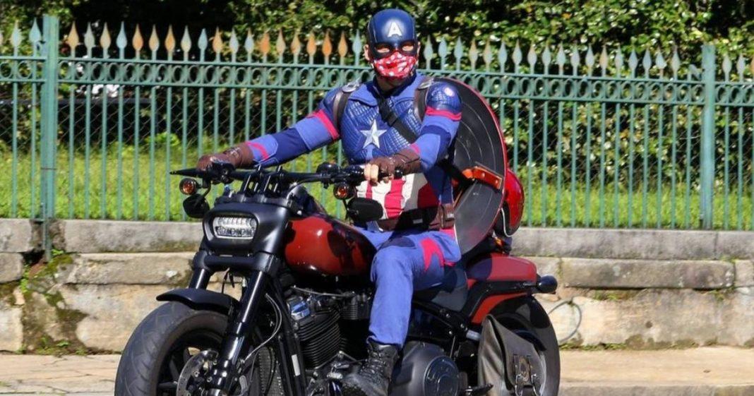 homem em moto fantasiado de Capitão América