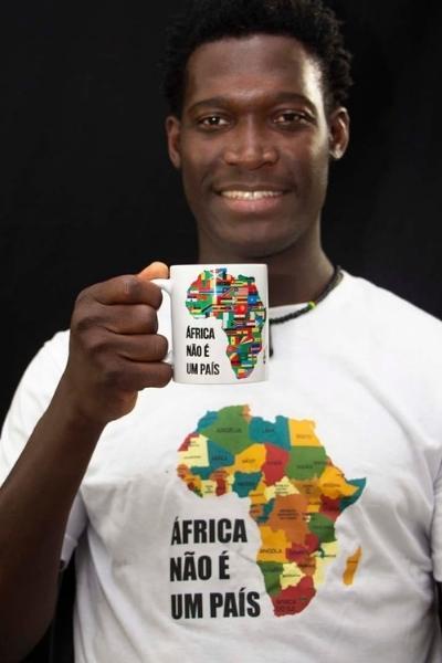 africano sorri segurando caneca