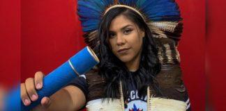 Aluna indígena posa para foto com diploma na mão