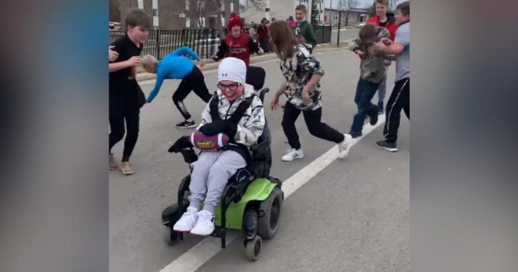 garoto paralisia cerebral cadeira de rodas rua