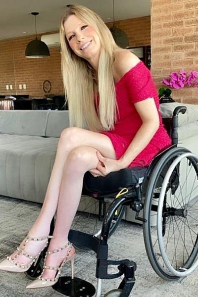 Andrea Schwarz em cadeira de rodas sorrindo