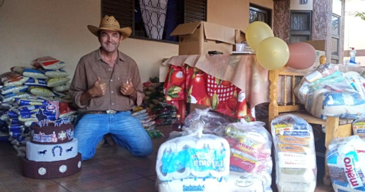 homem de chapéu entre doações
