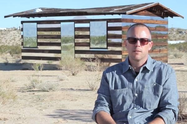 artista em frente à cabana Lucid Stead,