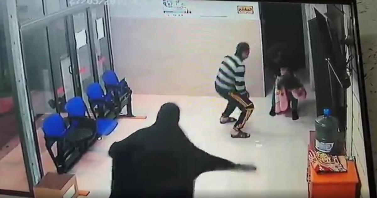 cena câmera segurança clínica pais desesperados com médico bebê no colo