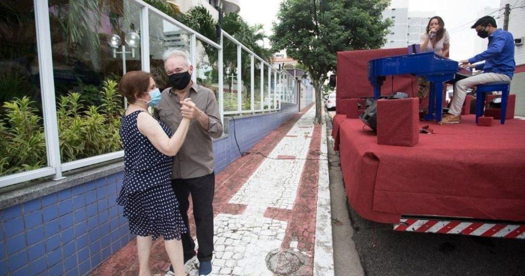 A serenata foi feita em frente ao prédio do casal, em Fortaleza