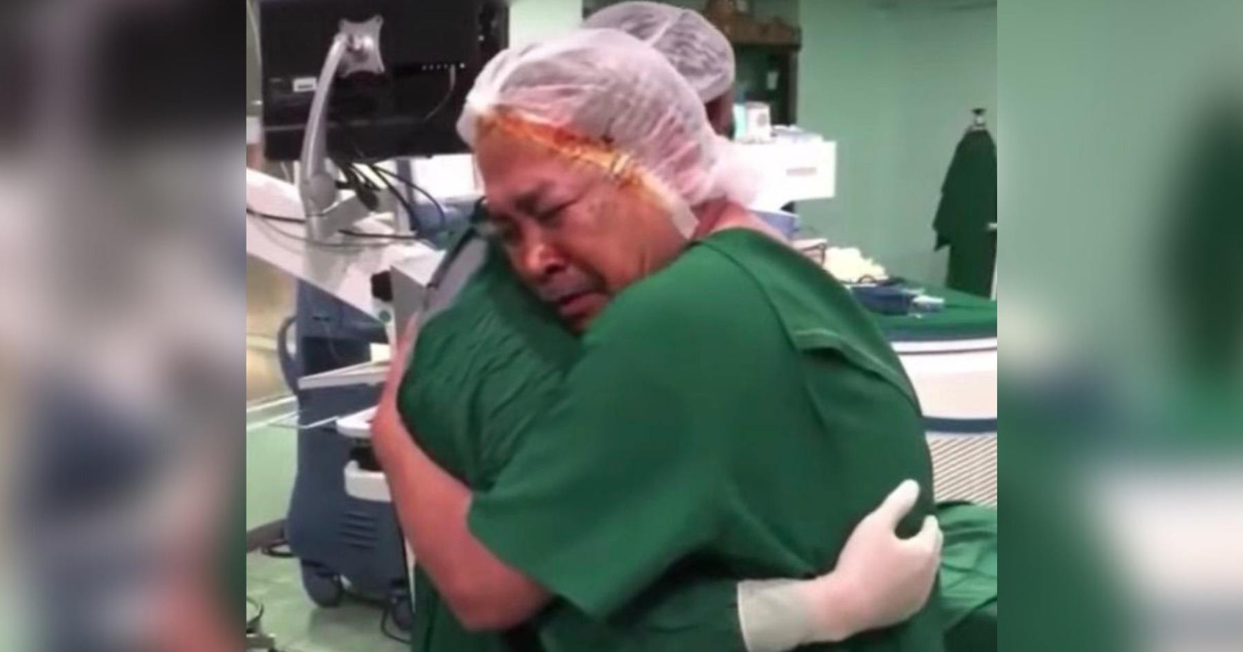 homem abraça médico sala cirurgia