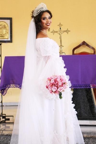 Andressa com o vestido de casamento de sua avó