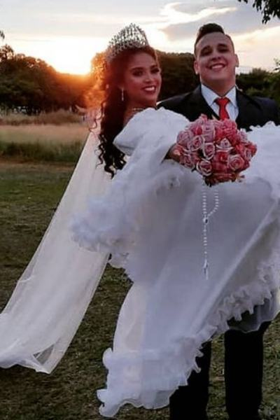 noivo segura noiva no colo