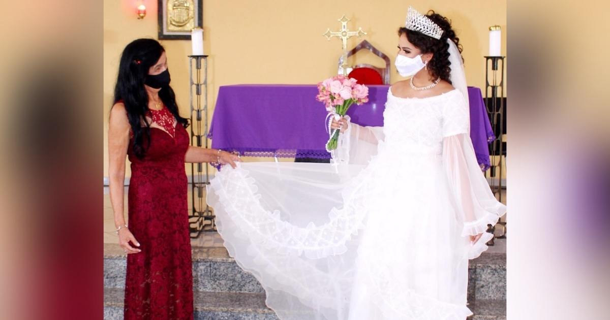 avó segura vestido noiva neta