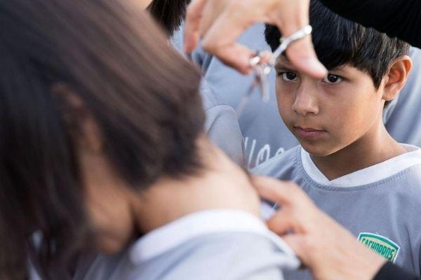 menina cortando cabelo