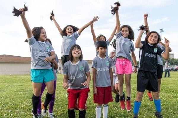 meninas em capo futebol com cabelos cortados
