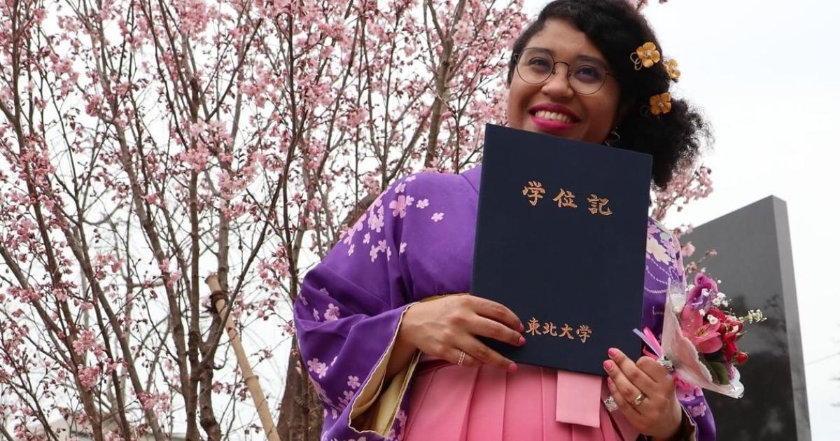 Marina no dia da sua formatura no Japão
