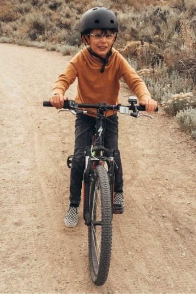 menino cego em bicicleta