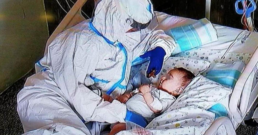 Enfermeira atenciosa cuida de bebê com Covid-19 como se fosse seu na Itália