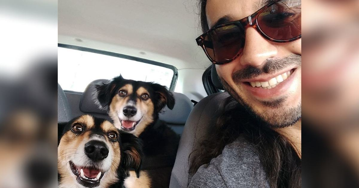 Rapaz tira selfie com dois cachorros idênticos