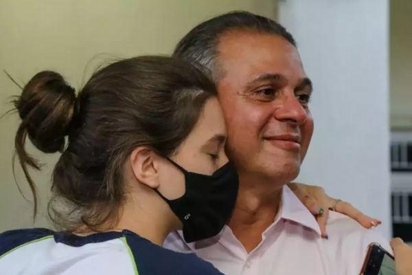 enteada abraçada com padrasto