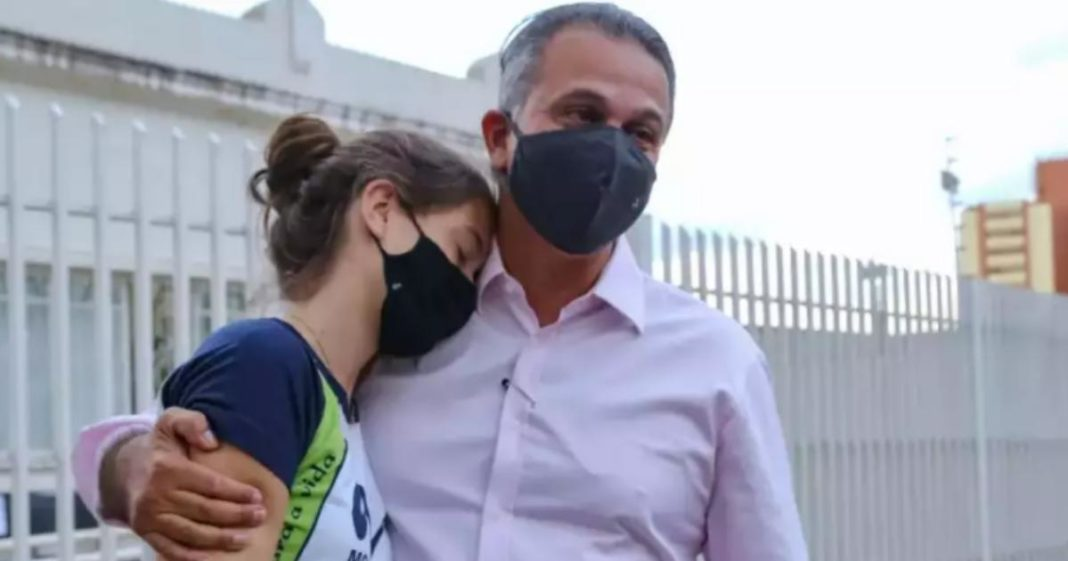 menina abraça padrasto depois de oficializar sobrenome