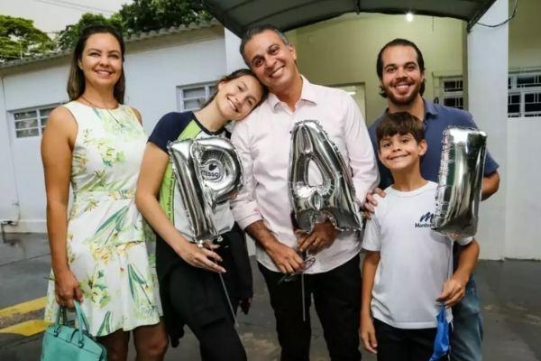 família sorrindo foto em frente cartório