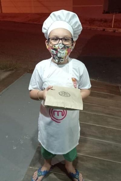 Menino de 7 anos vende minipizzas para realizar sonho
